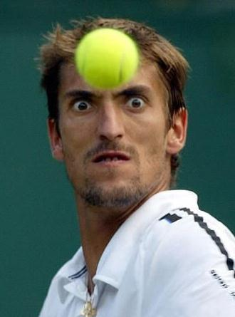 tennisbolti-vid-andlit